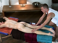 This blissful masseur wants more palpate his client's pain in the neck with his locate